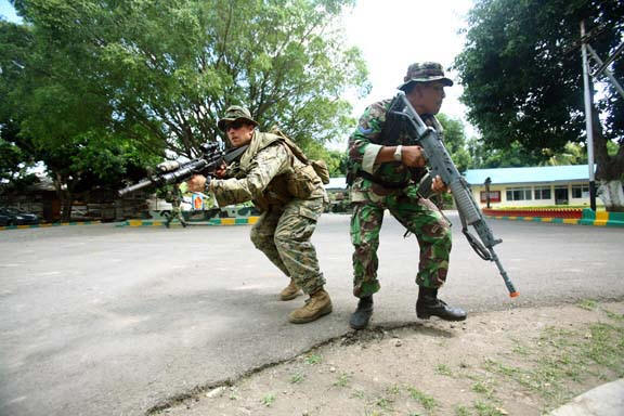 U.S. and Indonesian soldiers train in counterinsurgency.